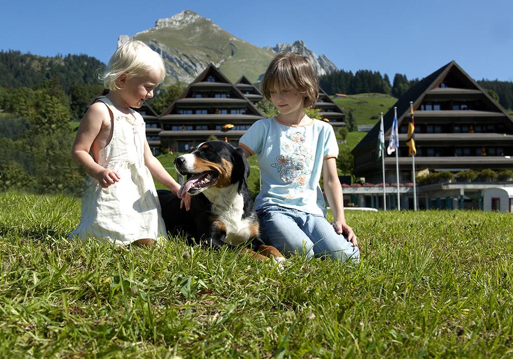 ילדים משחקים עם כלב בכפר הנופש וילדהאוס