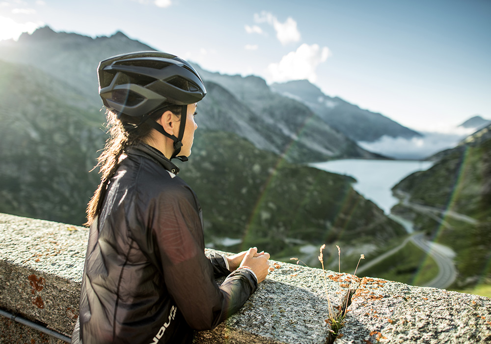 רוכבת עוצרת לתצפית נוף על גשר גוטנן