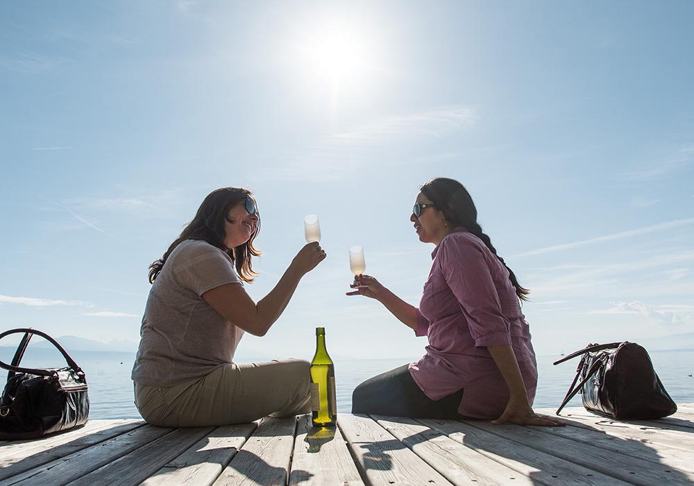 נשים על גדת אגם שותות יין