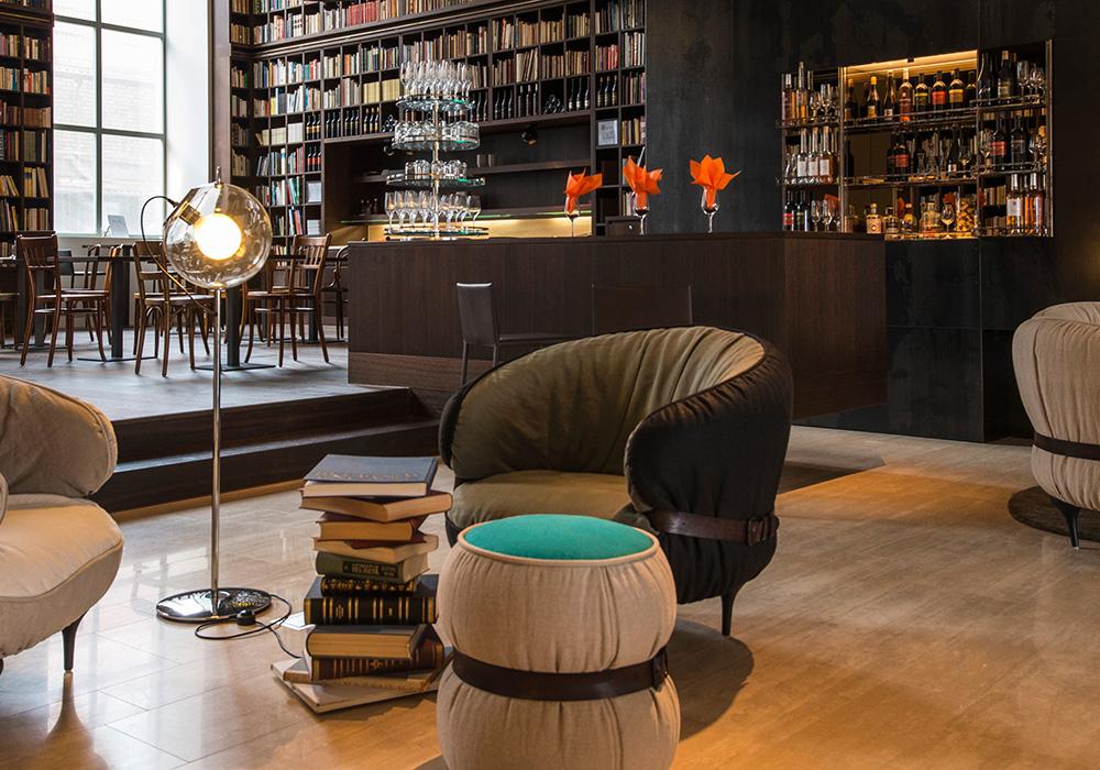 לאונג' ספרית היין המפואר במלון B2 בציריך