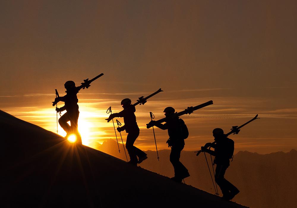 גולשים מטפסים לפגת הר יקובשורן באזור דאבוס