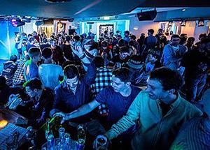 חוגגים במועדון-פאב באנגלברג
