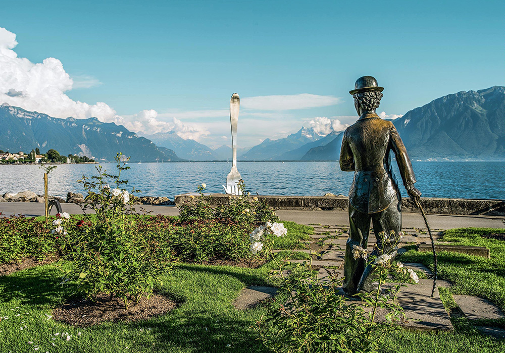 פסל צ'רלי צ'פלין והמזלג באגם ג'נבה סמוך למונטרה