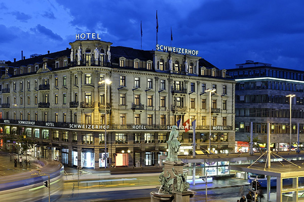 חזית מלון שווייצרהוף בברן בלילה
