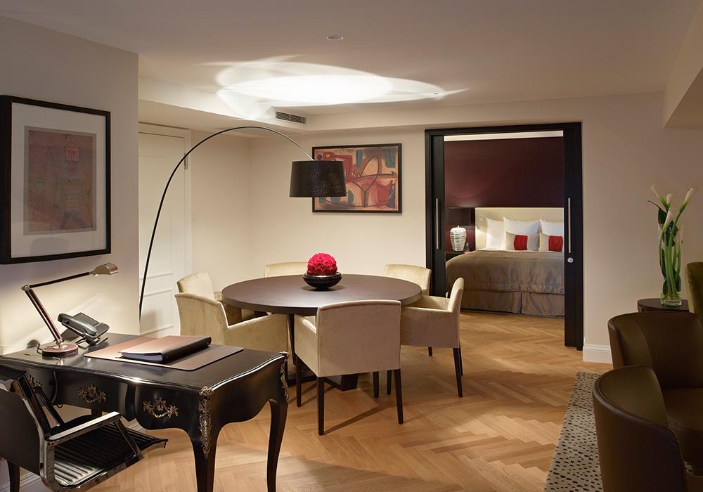 חדר עבודה וחדר שינה במלון שווייצרהוף בברן