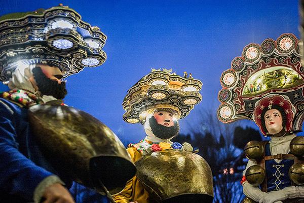 חוגגים בתחפושות בפסטיבל סילבסטר באפנזל