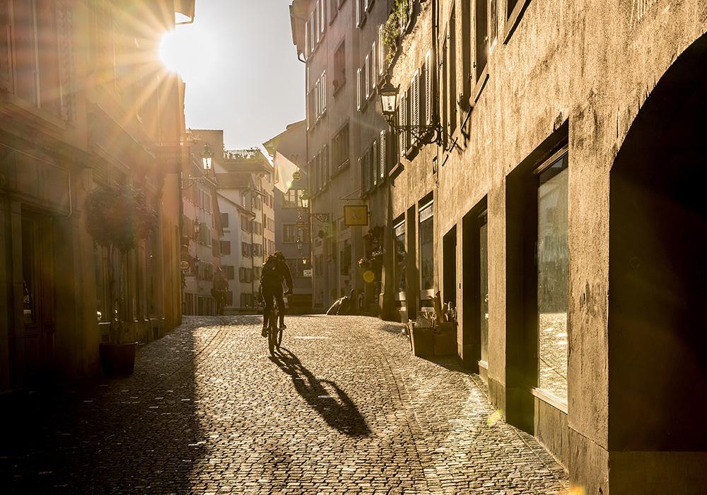 רוכב אופניים במדווש ברובע העתיק של ציריך