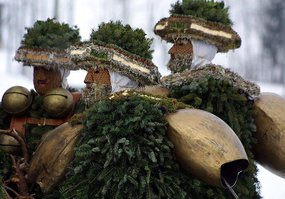 משתתפים בתחפושות בתהלוכה בפסטיבל סילבסטר קלאזון באפנזל