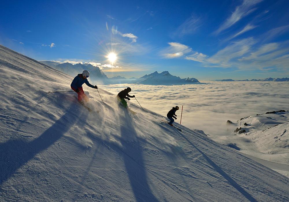 גולשי סקי מעל ערפל באזור האלפים הברניים