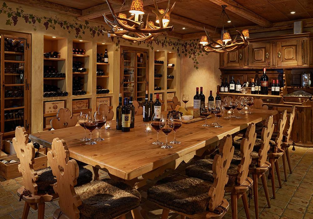 שולחן אוכל בחדר היין במלון קריסטל בסן מוריץ