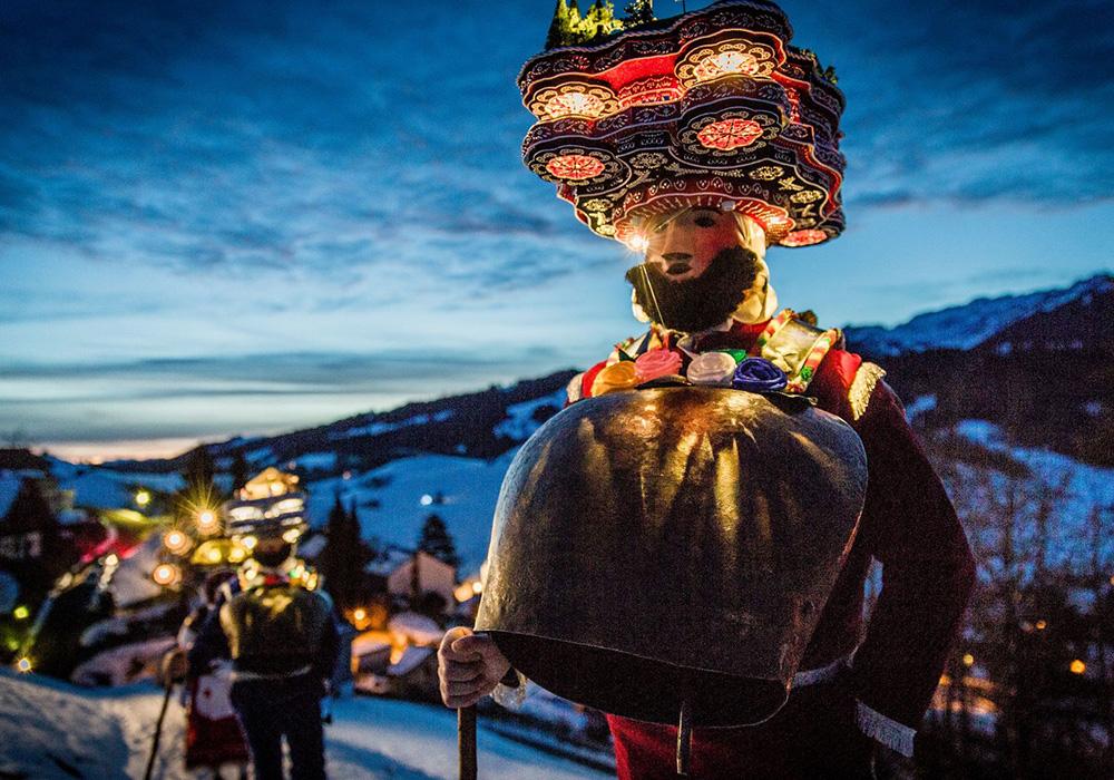 תחפושות ופנסים בפסטיבל סילבסטר קלאזון באפנזל