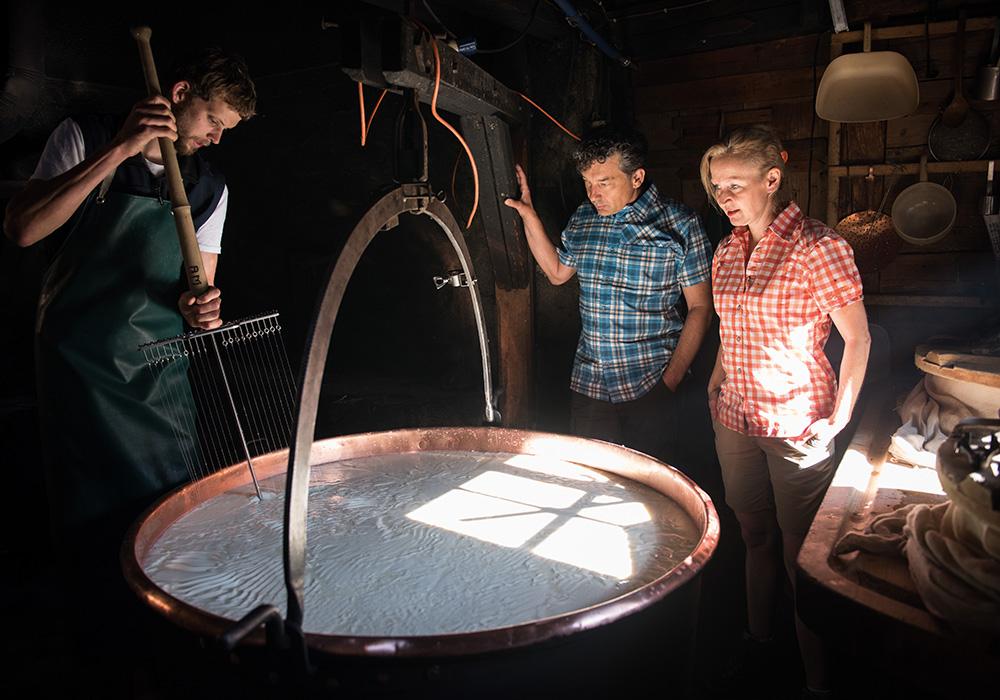 מבקרים במגבנה לייצור גבינת אמנטל