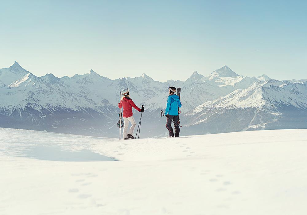 גולשי סקי לקראת גלישה באזור אנגלברג