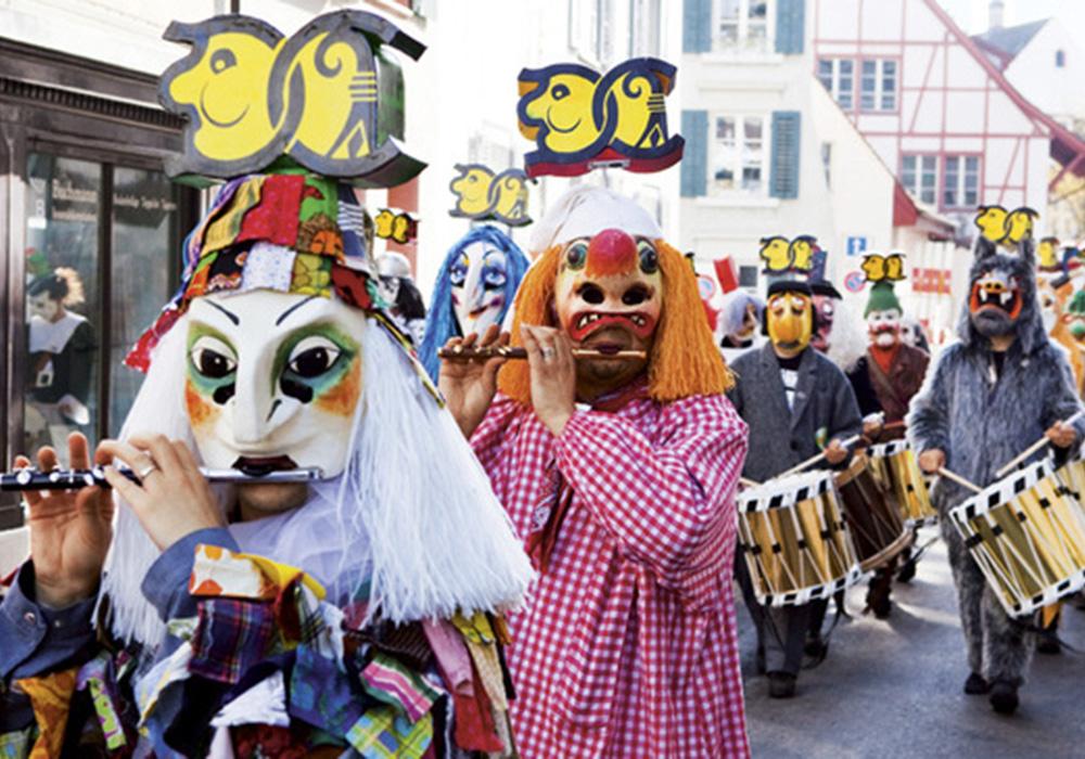 תהלוכת חוגגים ומוזיקאים מחופשים בבאזל בפסטנאכט