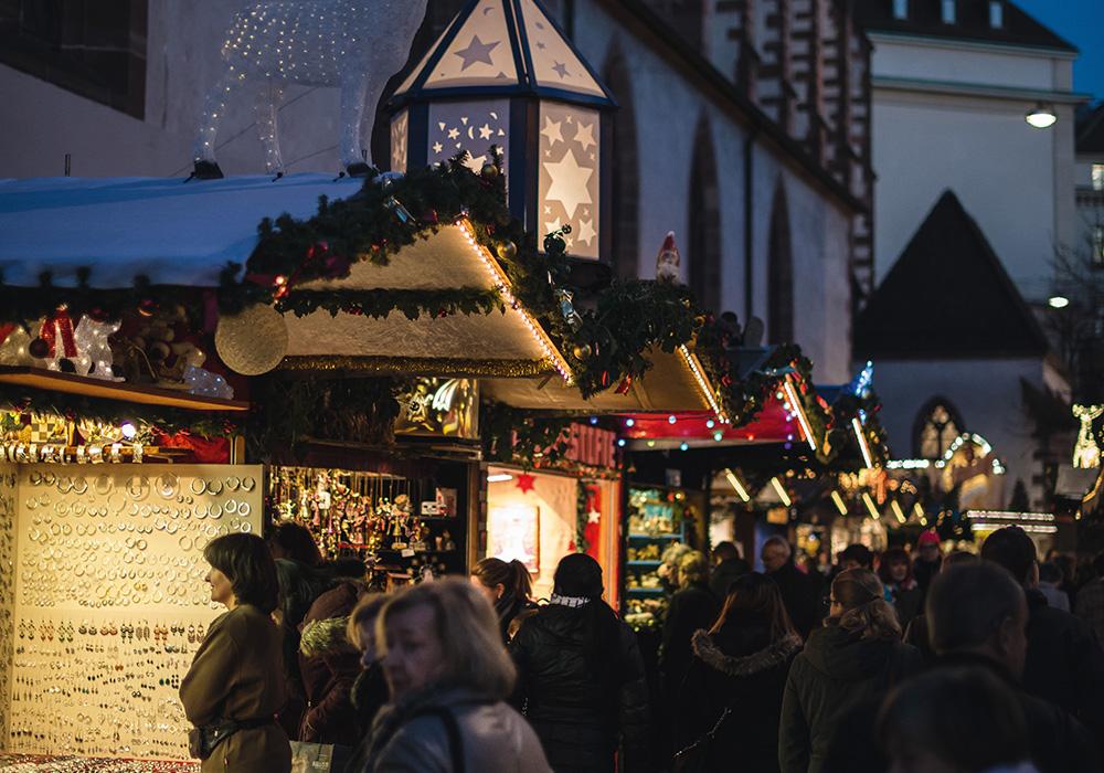 דוכנים וביתנים בשוק חג המולד בבאזל