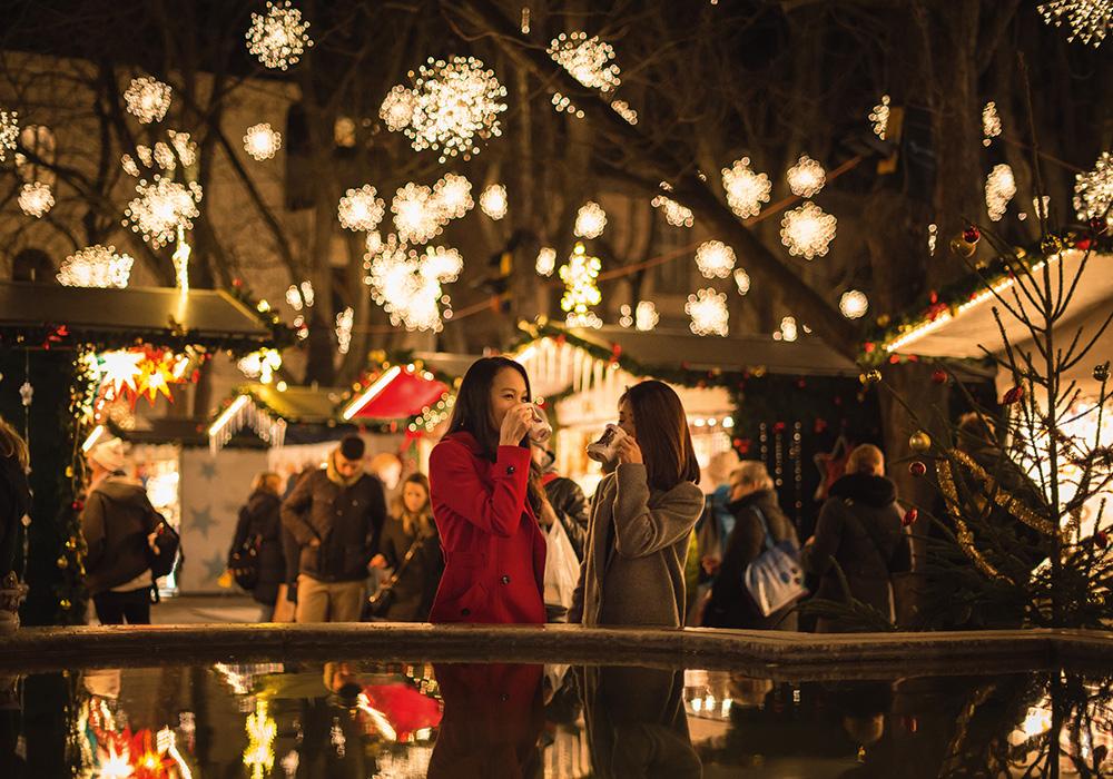 דוכן משקאות חמים בשוק חג המולד בבאזל