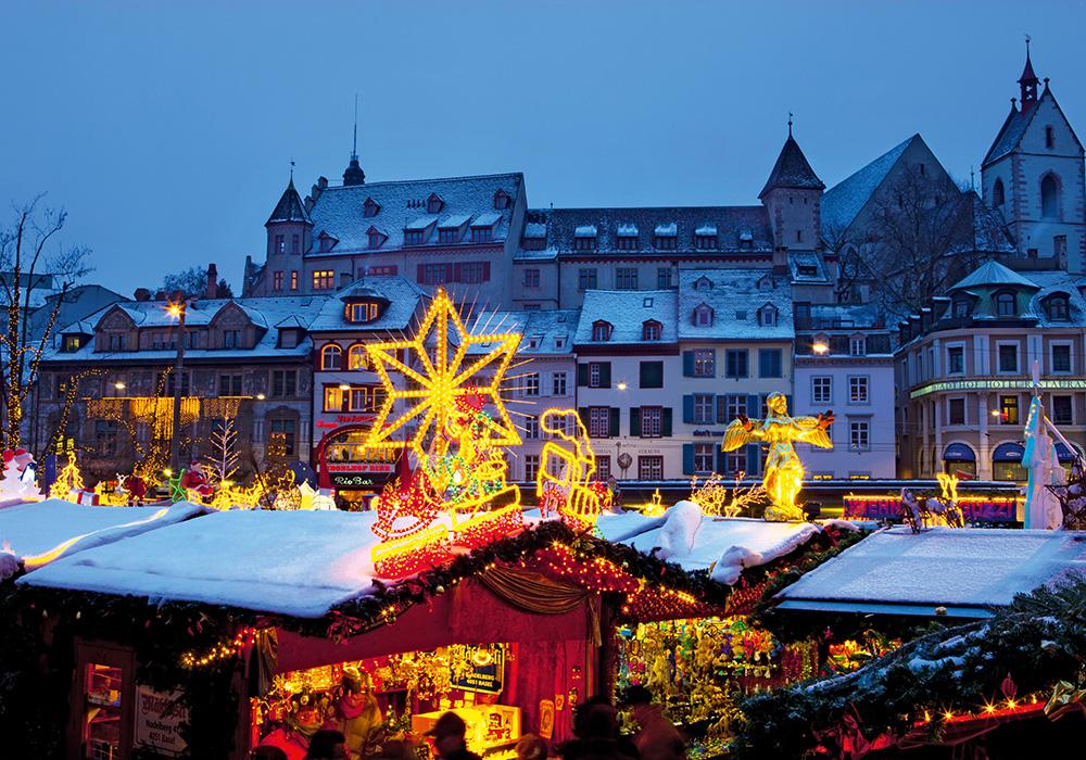 ביתנים מקושטים בשוק חג המולד בבאזל