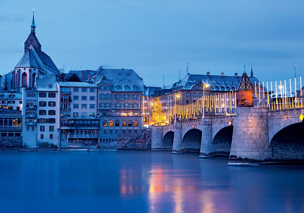 גשר Mittlere Bruecke מעוטר באורות חג המולד בבאזל