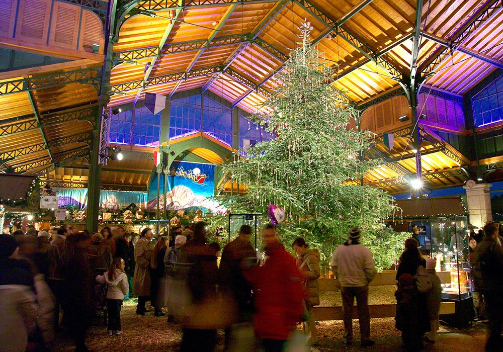 עץ אשוח בשוק חג המולד במונטרה