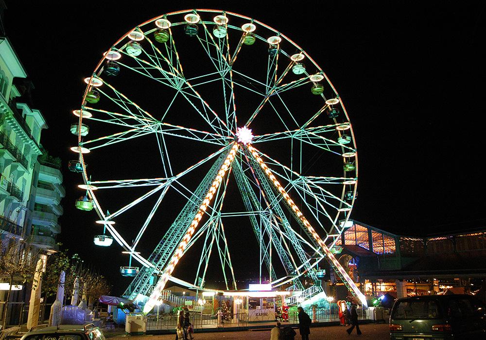 גלגל הענק בטיילת מונטרה מואר לחג המולד