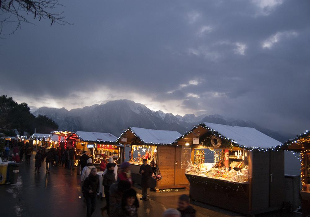 דוכני שוק חג המולד על שפץ אגם ז'נבה