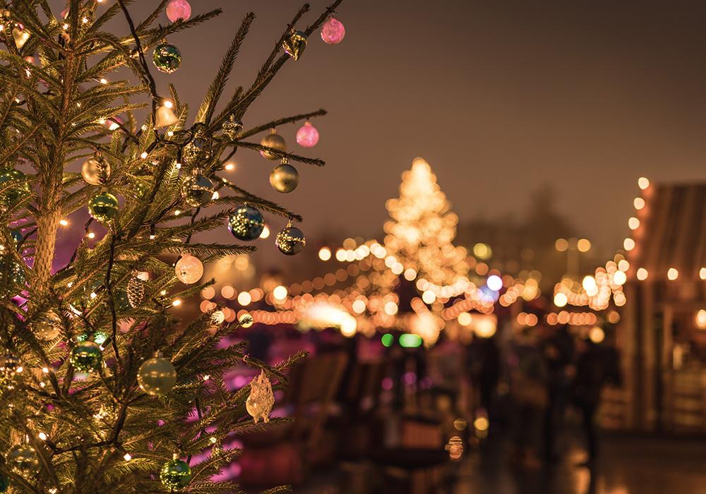 קישוטי חג המולד על רקע אורות העיר ציריך