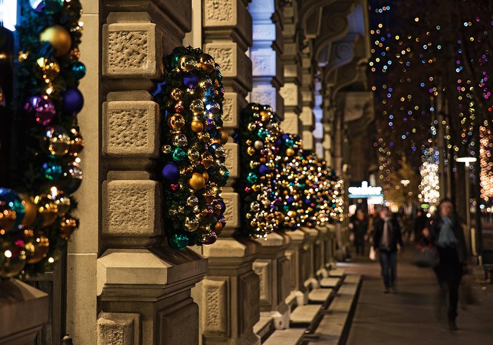 קישוטי חג המולד ברחוב הראשי בעיר ציריך