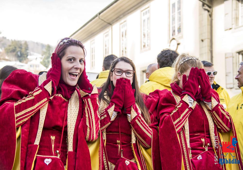 חוגגים מחופשים בפסטיבל הרבדאן בבליצונה
