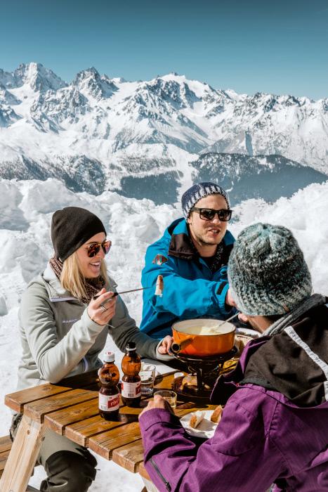 חווית פונדו ויין חם בפסגת הר