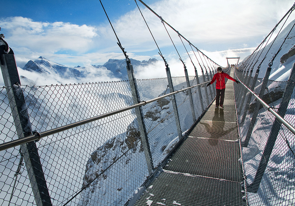 מטייל על הגשר התלוי בפסגת הר טיטליס